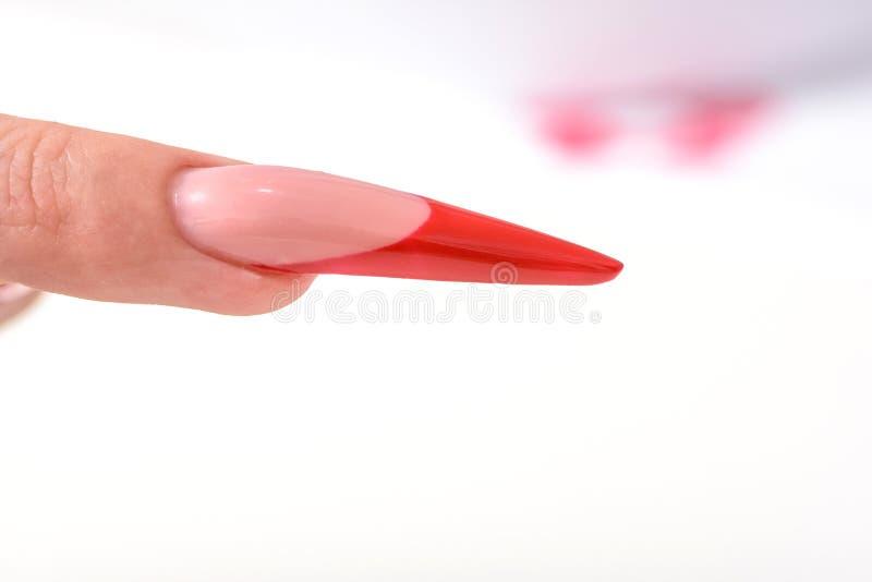 Vernis à ongles Art Manicure Vernis à ongles noir rouge de gradient de style moderne Mains de beauté avec les clous à la mode col images stock