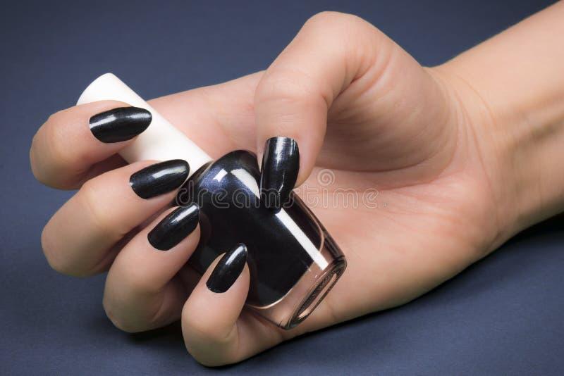 Vernis à ongles bleu-foncé images libres de droits