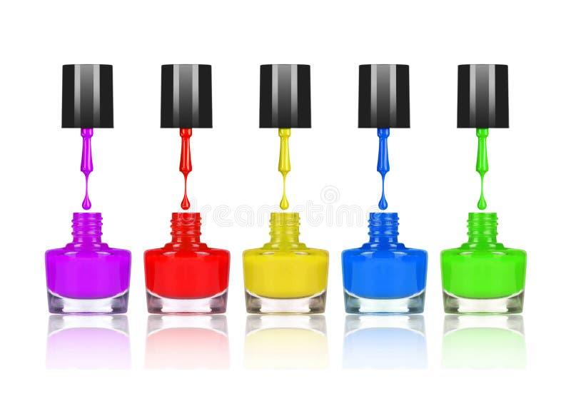 Vernis à ongles colorés s'égouttant de la brosse dans la bouteille image stock