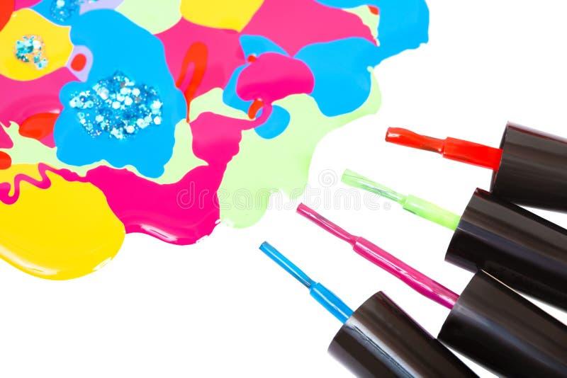 Vernis à ongles et brosse multicolores image stock