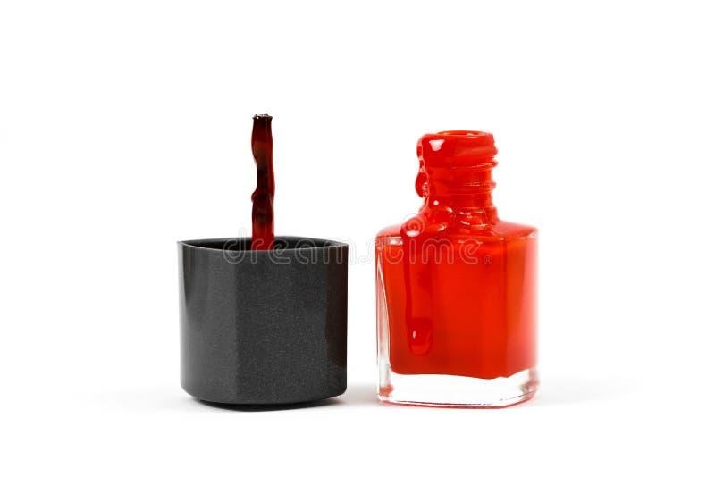 Vernis à ongles et brosse rouge d'isolement sur le fond blanc images libres de droits