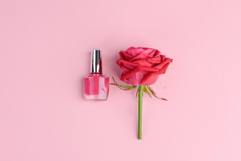 Vernis à ongles et fleur rose images libres de droits