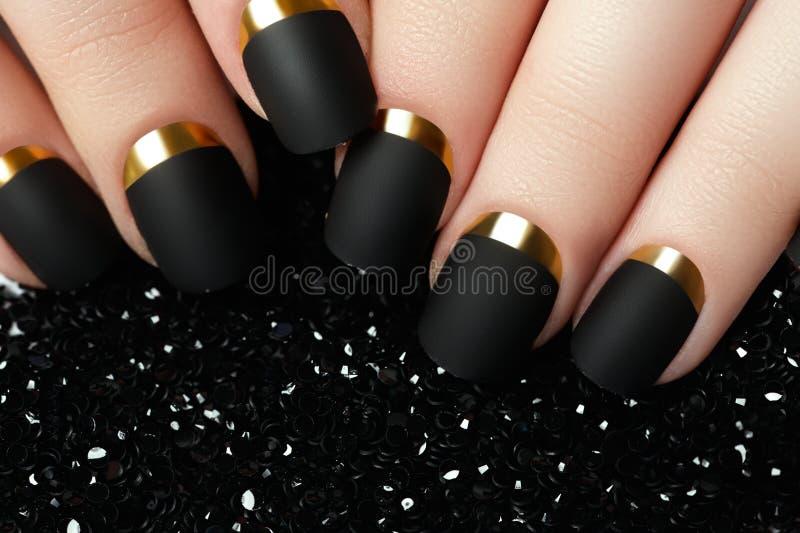 Vernis à ongles mat noir Ongle manucuré avec le clou mat noir PO photos libres de droits