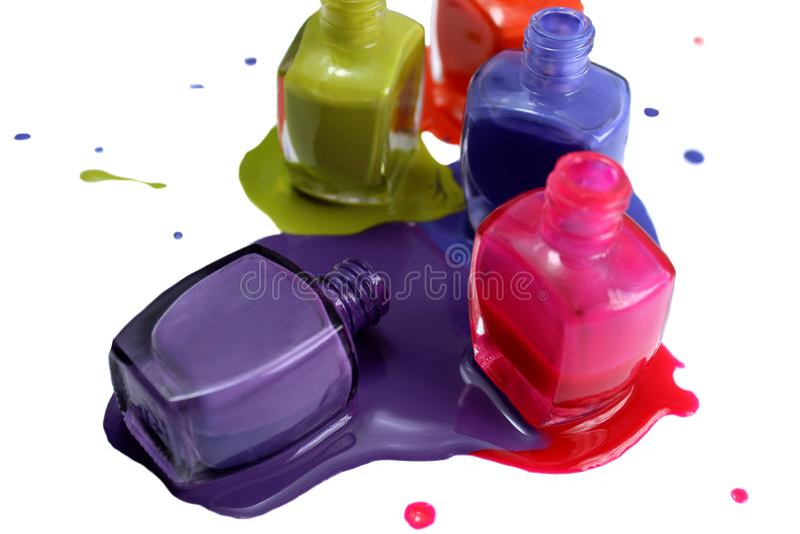 Vernis à ongles renversé et ouvert de différentes couleurs lumineuses image stock