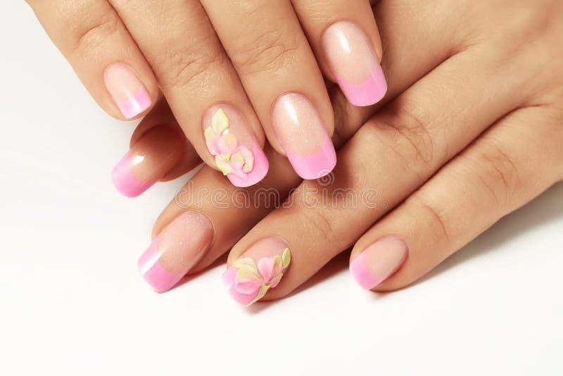 Vernis à ongles rose sur les ongles des femmes photos stock