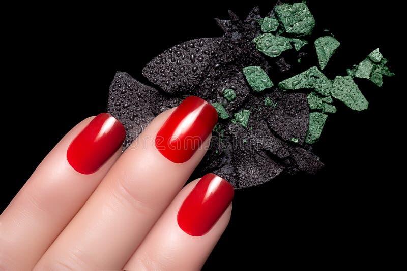 Vernis à ongles rouge et fard à paupières minéral image libre de droits