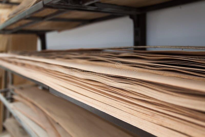 Vernisjebladen op een plank worden opgeslagen die stock afbeeldingen