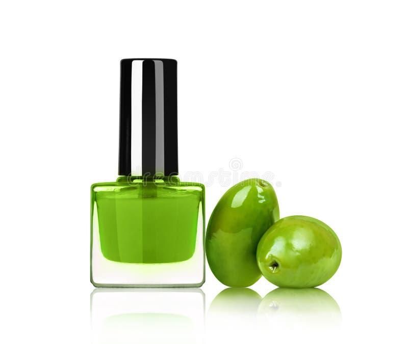 Verniz para as unhas brilhante com as azeitonas isoladas no fundo branco fotos de stock