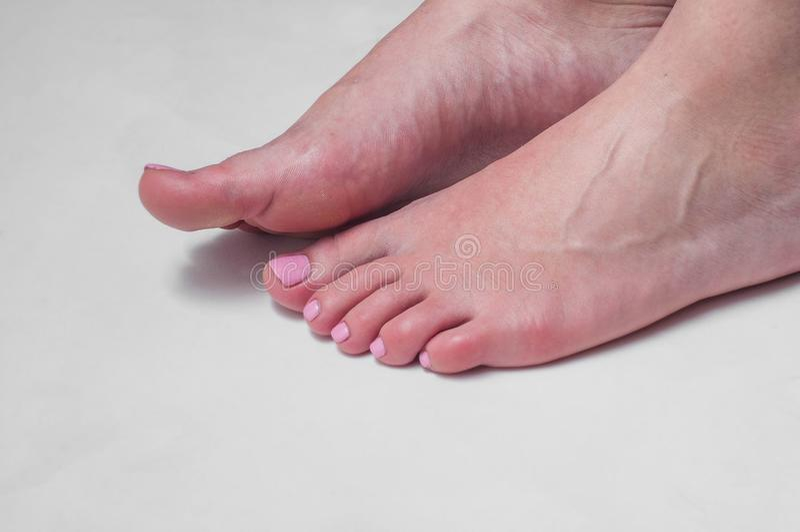 Verniz para as unhas cor-de-rosa dos pés e dos dedos do pé da menina fotografia de stock royalty free