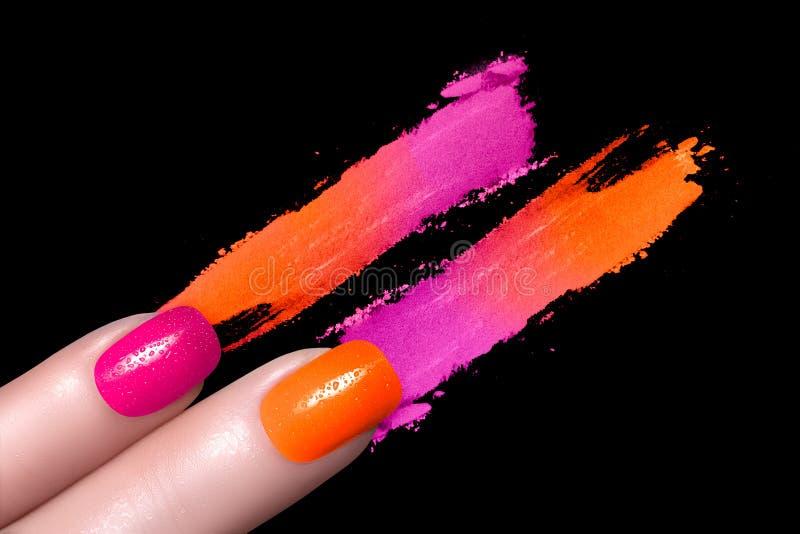 Verniz para as unhas do Fluor e sombra para os olhos colorida mineral imagens de stock