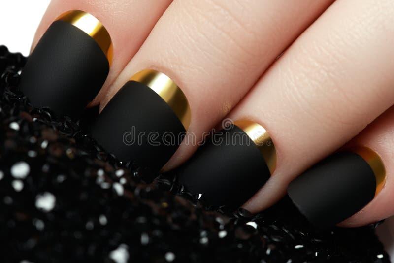 Verniz para as unhas matte preto Prego Manicured com o prego matte preto po fotografia de stock