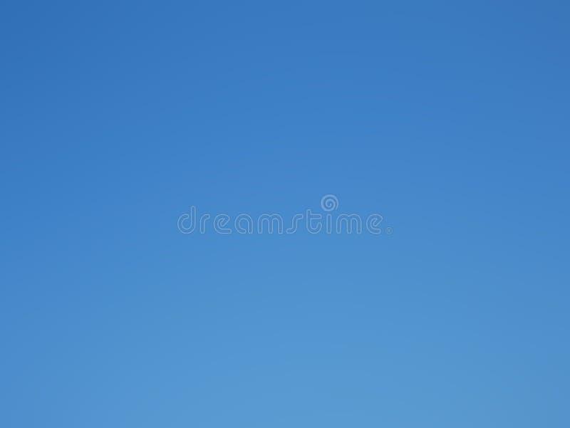 Vero cielo blu senza nuvole prese da luce del giorno reale del cielo su ora legale fotografia stock libera da diritti