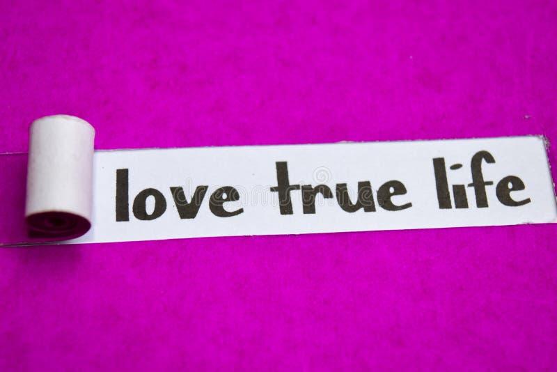 Vero testo di vita di amore, concetto di ispirazione, di motivazione e di affari su carta lacerata porpora fotografia stock