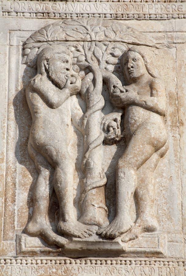 Verona - alivio de Adán y de Eva de la fachada de la basílica San Zeno del romanesque imágenes de archivo libres de regalías