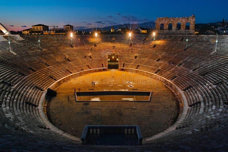 Verona Arena interna alla notte fotografia stock libera da diritti