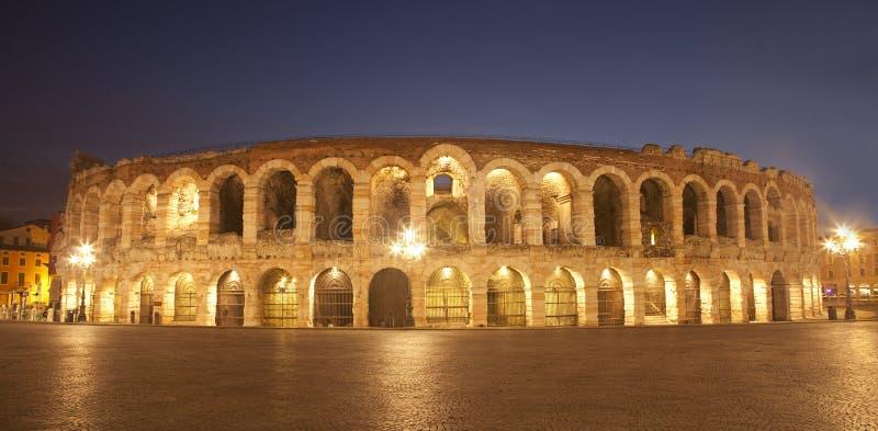 Verona - arena no crepúsculo foto de stock