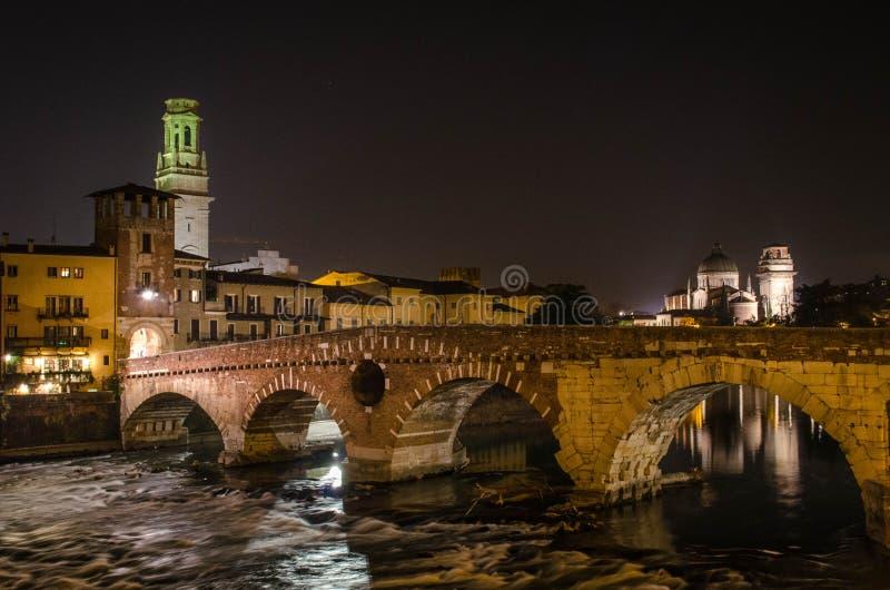 Verona bij nacht stock fotografie