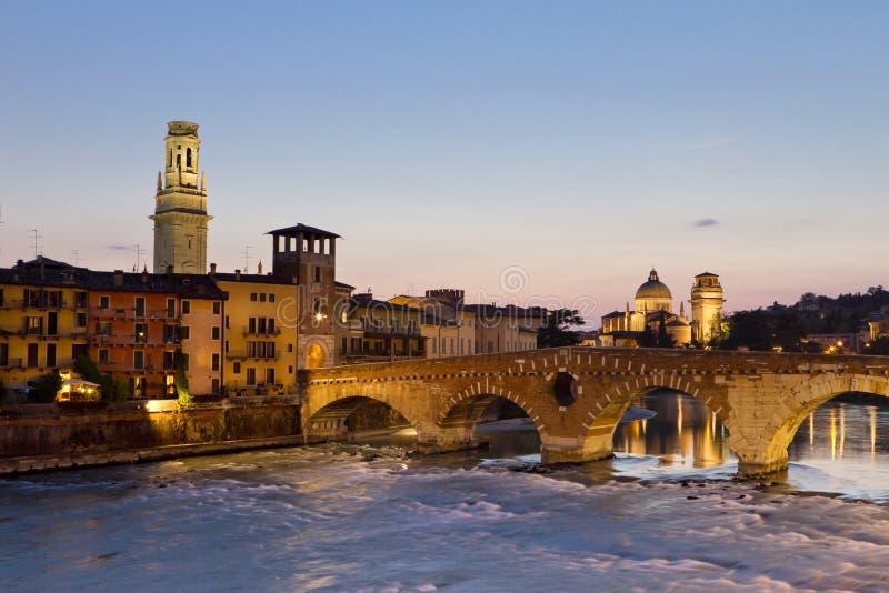 Verona bij Schemer stock fotografie