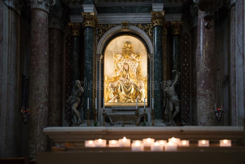 Verona Cathedral el interior - estatua de oro de la Virgen María y de Cristo imagen de archivo