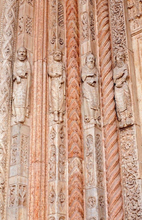 Verona - detalj av profetstatyer från huvudsaklig portal av duomoen royaltyfri fotografi