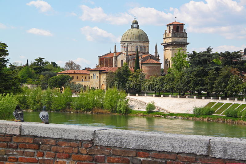 Verona entlang dem Fluss Adige, Italien lizenzfreie stockfotos