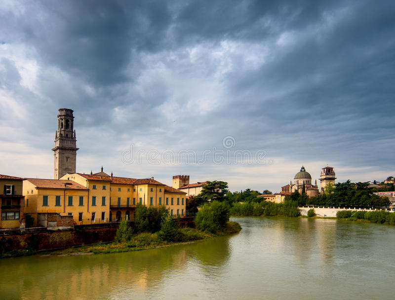 Verona från Ponte Pietra. Italien royaltyfria foton
