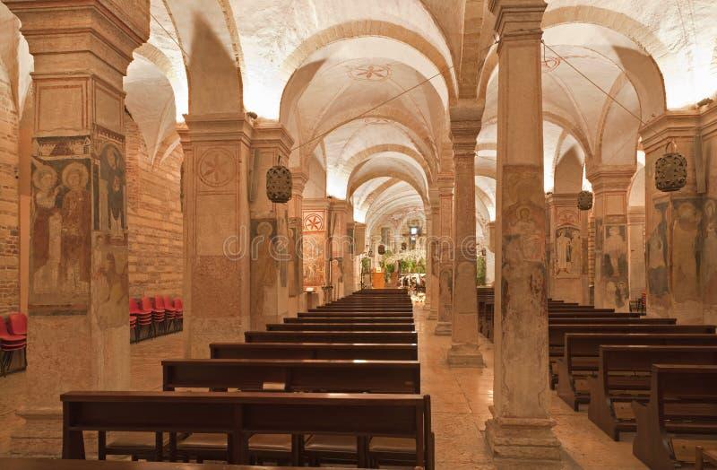 Verona - Innenraum der unteren Kirche San Fermo Maggiore des Romanesque lizenzfreie stockfotografie