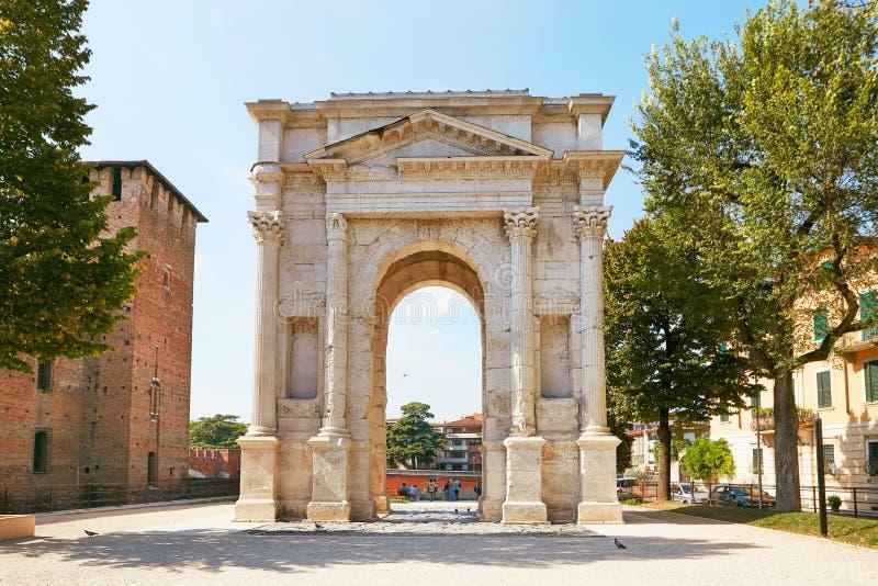 VERONA, ITÁLIA - 17 DE AGOSTO DE 2017: O arco de Gavi é um arco triunfal romano antigo na cidade de Verona foto de stock