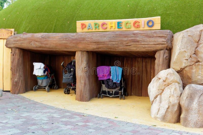 Verona, Itália 18 de agosto de 2018: Parque de diversões de Leoland atrações pequenas do jogo do ` s das crianças imagens de stock royalty free