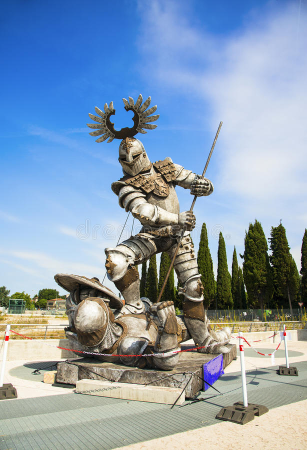 Verona, Itália - 19 de junho de 2017 Uma estátua moderna dos cavaleiros fotografia de stock