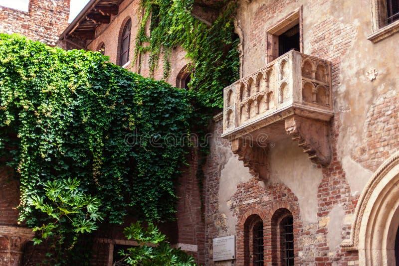 VERONA, ITÁLIA - 25 de junho de 2017: Romeo e Juliet Balcony e pa imagens de stock