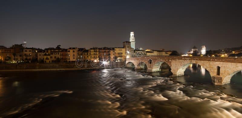 Verona, Itália, ponte de pedra, o castelo velho, vista panorâmica fotografia de stock
