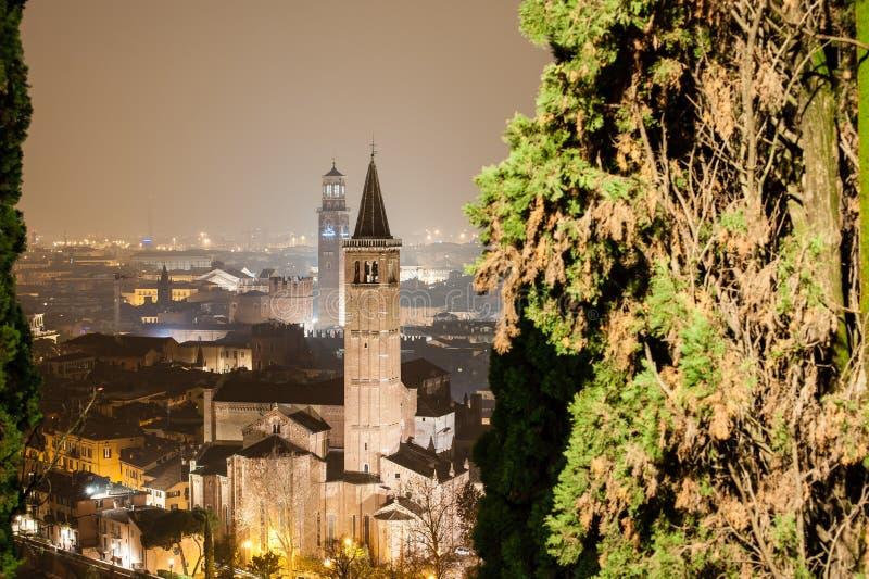 Verona, Itália, ponte de pedra, o castelo velho, vista panorâmica imagens de stock
