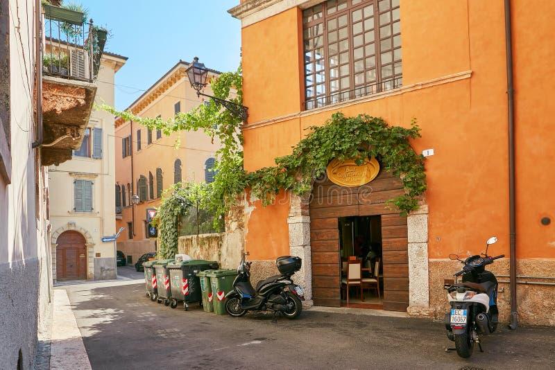 VERONA, ITALIË - AUGUSTUS 17, 2017: Autoped op de smalle straat van Verona wordt geparkeerd dat royalty-vrije stock foto's