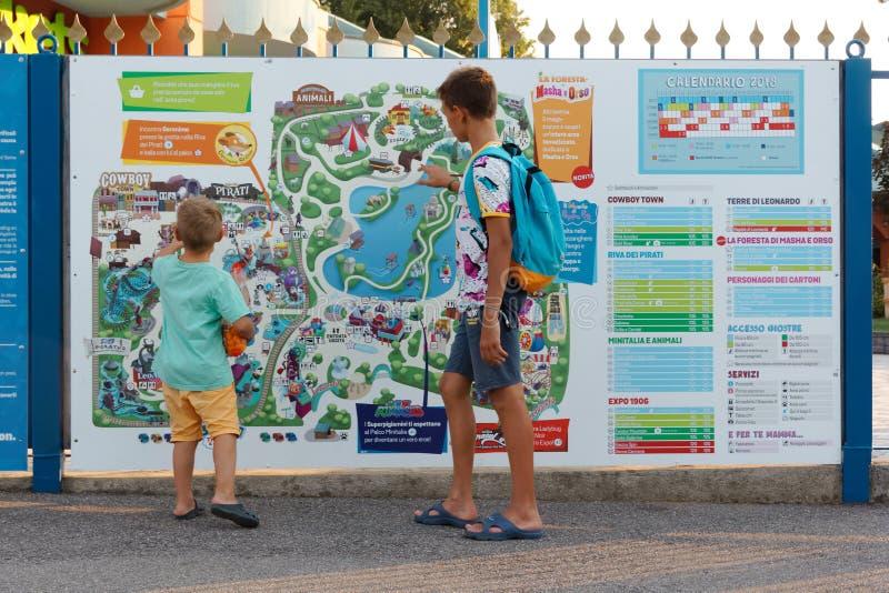 Verona, Italië 18 Augustus, 2018: Leolandpretpark Informatiekaart van het park stock afbeeldingen