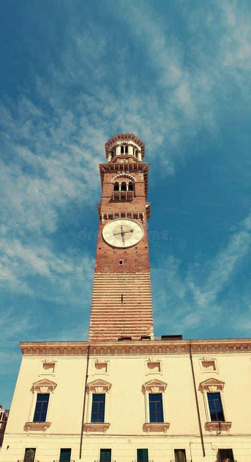 VERONA, ITALIË - AUGUSTUS 17, 2017: Plein delle Erbe De klokketoren van Deilamberti Torre in Verona royalty-vrije stock afbeeldingen