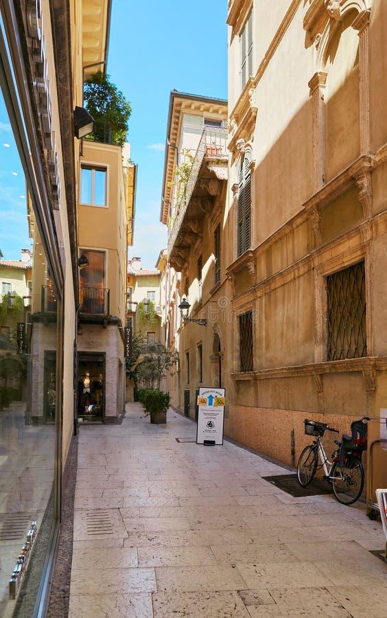 VERONA, ITALIË - AUGUSTUS 17, 2017: Via de voetstraat van Mazzini met granietbestrating Winkels en boutiques stock afbeelding