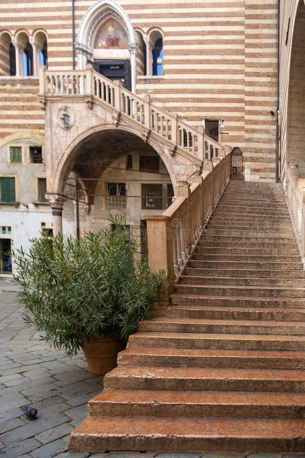 VERONA, ITALIË: De oude trap door eeuw 15 riep Ladder van Rechtvaardigheid in Palazzo-della Ragione, centrum van Verona, Italië stock foto