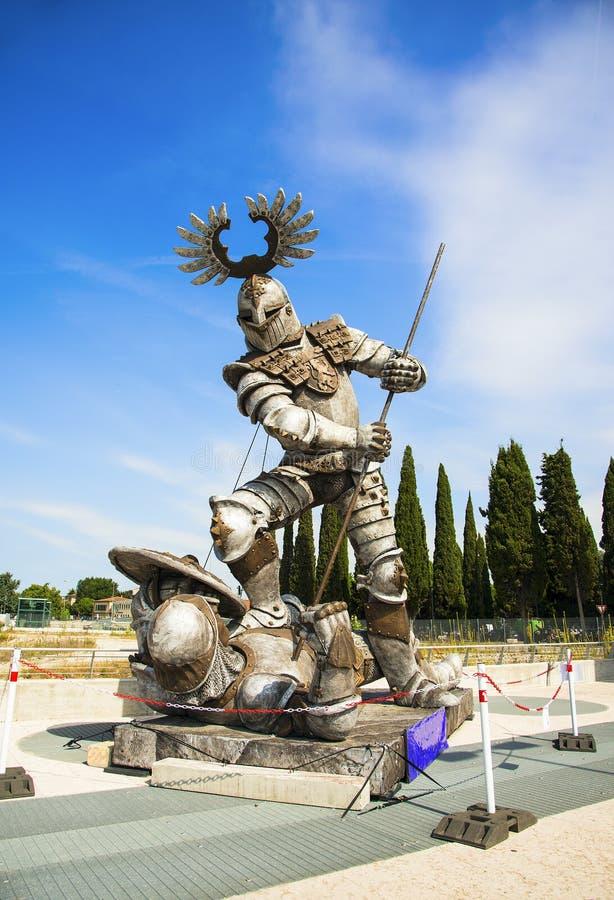 Verona, Italië - Juni 19, 2017 Een modern standbeeld van ridders stock fotografie