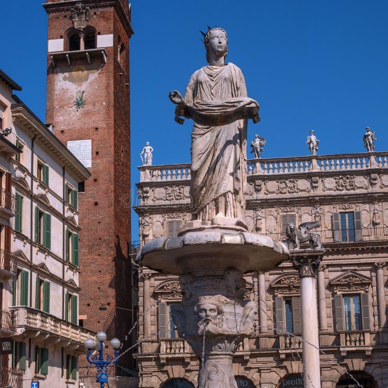 Verona, Italië - 06 Mei 2018: Madonna Verona Fountain op Piazza delle Erbe in Verona stock afbeeldingen