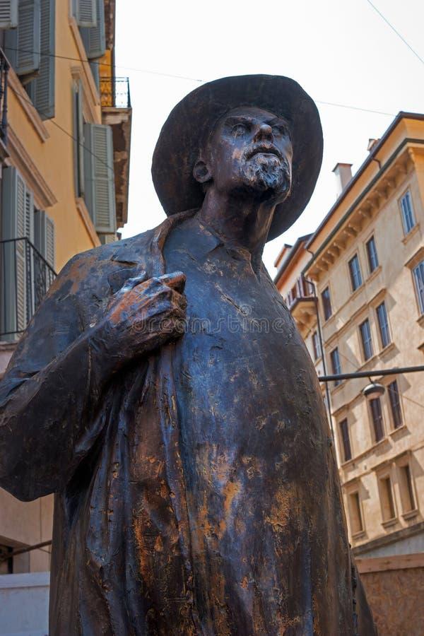 Verona, Italië - 06 Mei 2018: Monument van Berto Barbarani in Erbe-vierkant - Dichter van de armen Het was aan hen dat hij royalty-vrije stock afbeelding