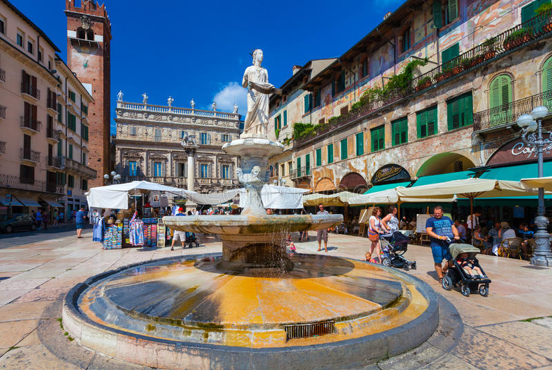 VERONA, ITALIË 08 September, 2016: De mening over Piazza delle Erbe is een vierkant in Verona en fontein Madonna Verona royalty-vrije stock fotografie