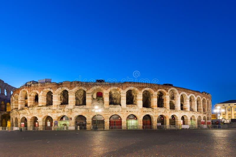 VERONA, ITALIË - SEPTEMBER, 2017: Oude roman amphitheatrearena in Verona, Italië bij zonsopgang van het nacht de blauwe uur royalty-vrije stock afbeeldingen