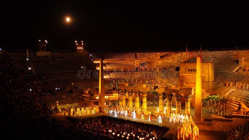 VERONA, ITALIË - SEPTEMBER 2, 2012: Uitvoerders, zanger op stadium AIDA Verdi bij Arena royalty-vrije stock foto's