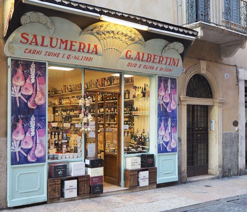Verona, Italië Winkelvenster van een voedselopslag met traditioneel Italiaans voedsel, deegwaren, wijn, vlees stock afbeeldingen
