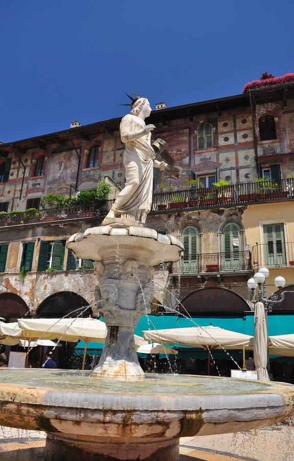 Verona, Italia. Cuadrado de Erbe del delle de la plaza. fotos de archivo libres de regalías