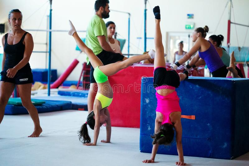Verona, Italia - 24 de agosto de 2017: Entrenamiento de niños en la sección de la gimnasia fotos de archivo