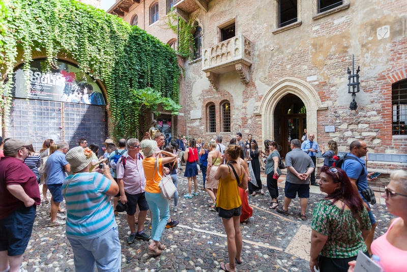 VERONA, ITALIA 8 de septiembre de 2016: Los turistas acercan a la casa de Juliet Capulet (Giulietta Capuleti) imagen de archivo libre de regalías