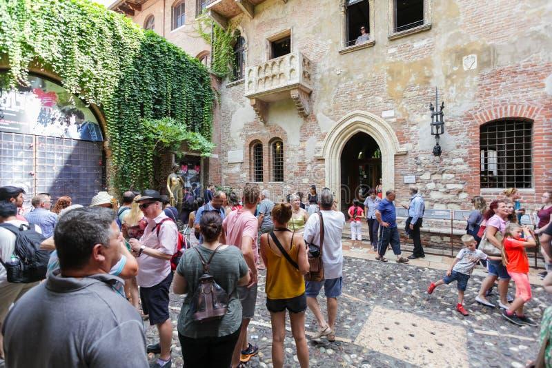 VERONA, ITALIA 8 de septiembre de 2016: Los turistas acercan a la casa de Juliet Capulet (Giulietta Capuleti) imágenes de archivo libres de regalías