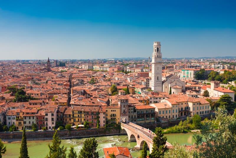 VERONA, ITALIA 9 de setembro de 2016: Panorama da cidade Verona, Itália Cenário com rio de Adige, torres de Bell das igrejas, tel imagem de stock
